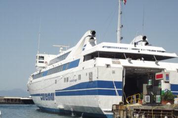 Caremar vieta imbarco ad ambulanza con paziente oncologico a bordo