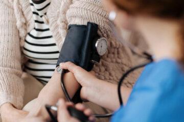 Ipertensione negli anziani: terapie più morbide soprattutto in estate