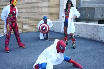 Flashmob con supereroi in camice bianco ai Test di medicina