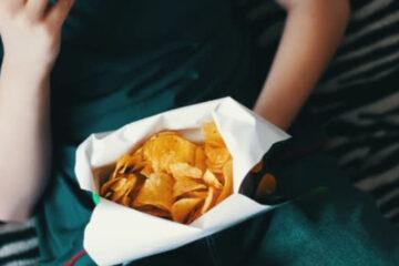 Teenager rischia la cecità, la sua dieta prevedeva solo patatine fritte