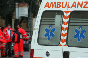 Ambulanze bloccate da auto, chi è in difetto aggredisce