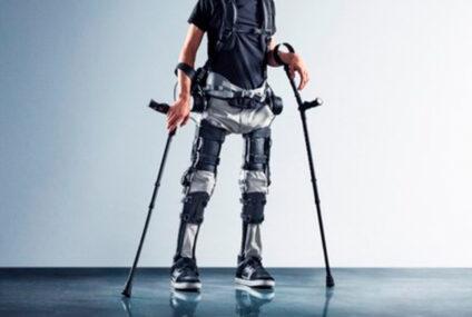 Un uomo paralizzato cammina usando un esoscheletro controllato con il pensiero