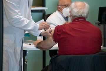Vaccino Pfizer: un milione e mezzo di dosi in distribuzione entro domani