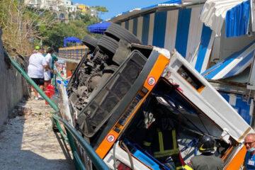 Bus precipita a Capri. Un morto e 28 feriti
